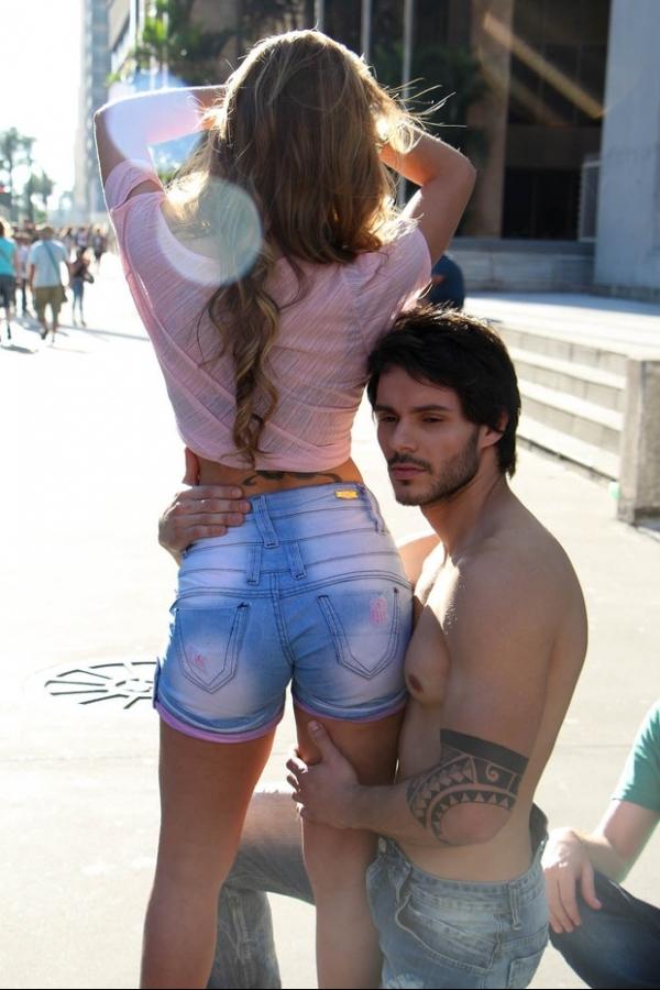 Cacau posa na Avenida Paulista em ensaio fotógráfico com tema urbano