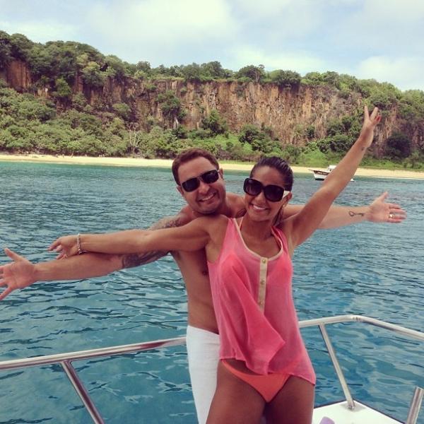 Mayra Cardi exibe boa forma de biquíni em passeio com marido