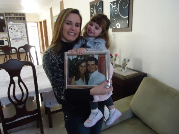 Mulher comemora dois anos da filha gerada com sêmen do marido morto