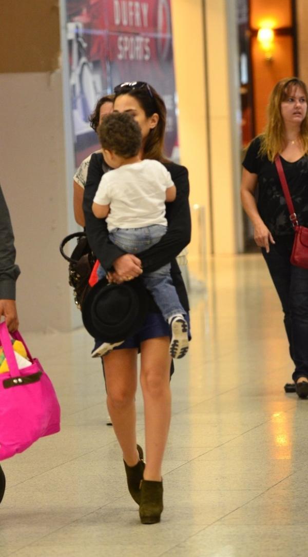 Wanessa é clicada com o filho José Marcus ao embarcar em aeroporto