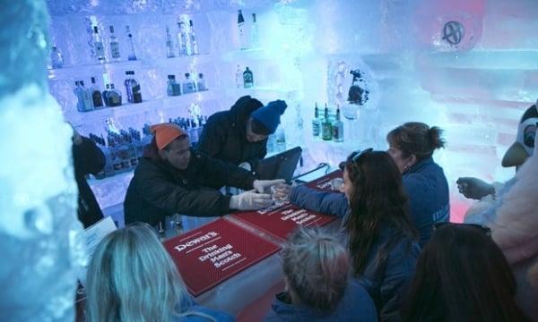Bar de gelo atrai americanos que querem fugir do calor