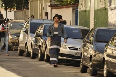 Caio Castro grava vestido de mulher no meio da rua e devora sanduíche