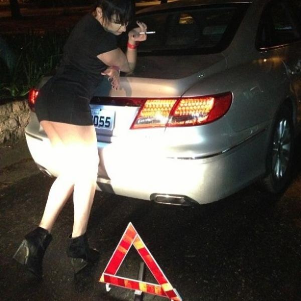 Com pneu furado, ex-BBB Serginho mostra demais em busca de ajuda