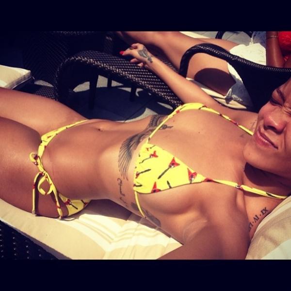 Rihanna posa de biquíni e faz careta