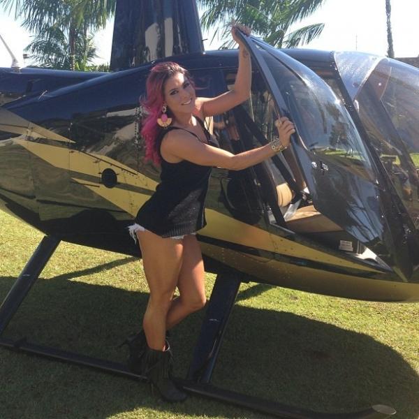 Thais Bianca posa ao lado de helicóptero e recebe cantada de fã