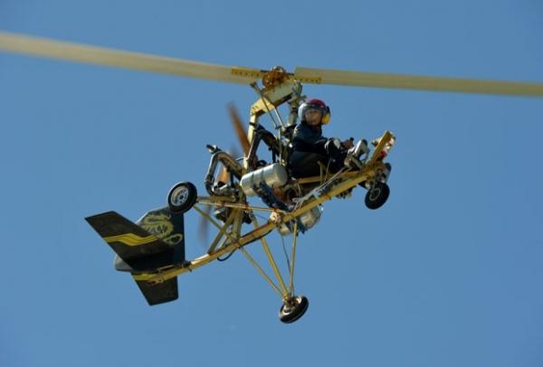 Chinês realiza voo com helicóptero caseiro que ele construiu