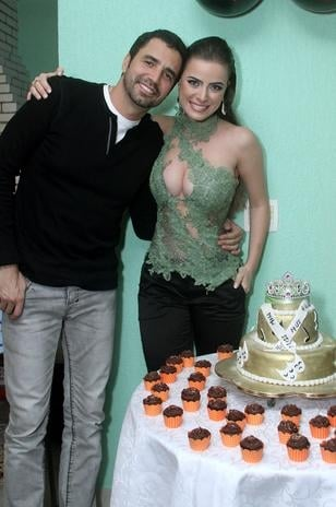 Com decote ousado, Rayanne Morais comemora aniversário com Latino