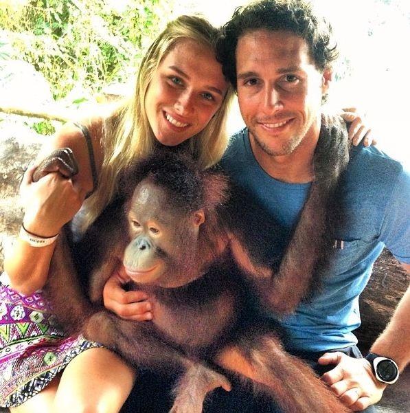 Fiorella Mattheis posa abraçada com marido e brinca com macaco