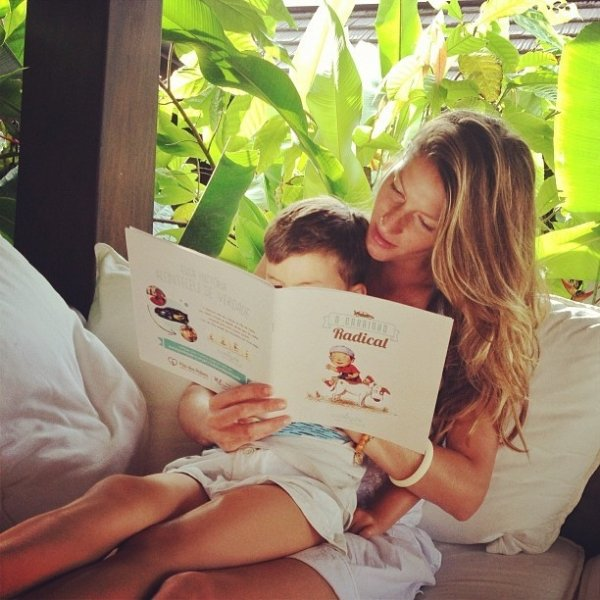 Gisele Bündchen posa com a filho em momento de leitura