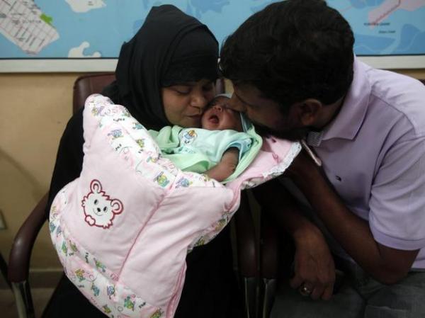 Programa de TV distribui bebês ao vivo no Paquistão