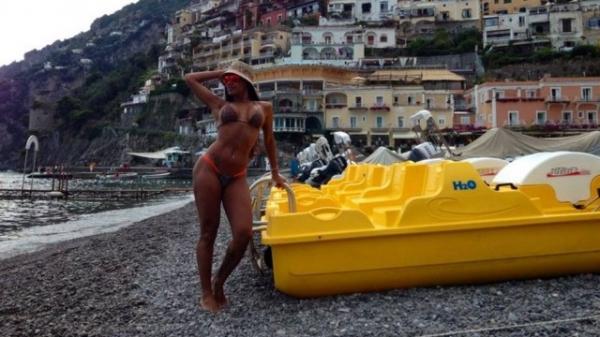 Rainha de bateria da Mocidade, Ana Paula Evangelista exibe boa forma de biquíni na Itália