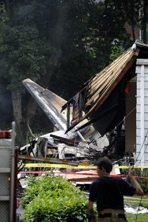 Avião cai sobre duas casas nos EUA  e resgate faz buscas por passageiros