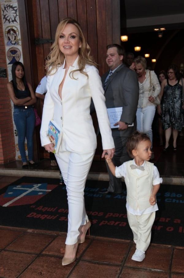 Eliana batiza o filho e menino dá show de estilo