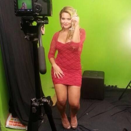 Geisy Arruda grava clipe de banda de forró com direito a carrão e champagne