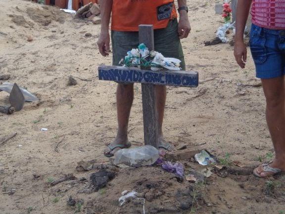 Legistas exumam cadáver de homem em cemitério da zona rural de Cocal