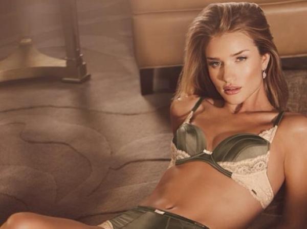 Rosie Huntington-Whiteley lança coleção comemorativa de lingerie