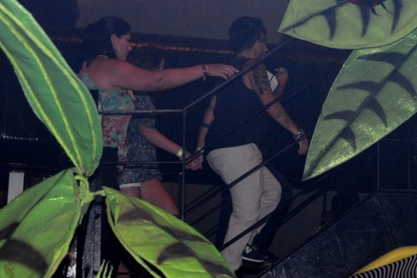 Thammy Miranda tem noite romântica ao lado da namorada