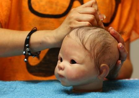 Pais e avós aliviam perdas de crianças com bonecos realistas de até R$ 300 mil