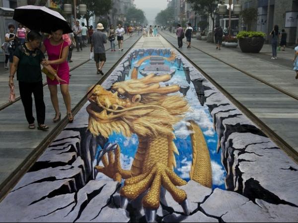 Pinturas em 3D assustam pedestres em ponto turístico de Pequim; fotos