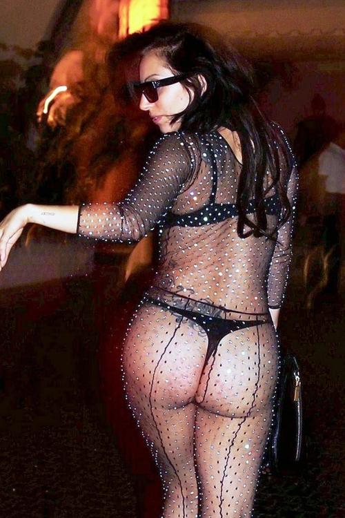 Lady Gaga usa um look provocante e exibe algumas espinhas no bumbum