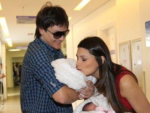 Miss Natália Guimarães e o cantor do KLB deixam maternidade com gêmeas