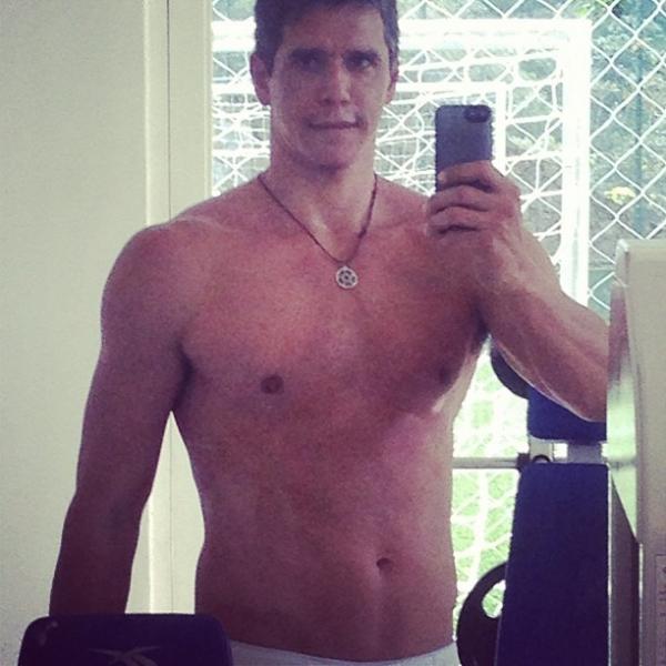 Sem camisa, Márcio Garcia mostra boa forma em rede social