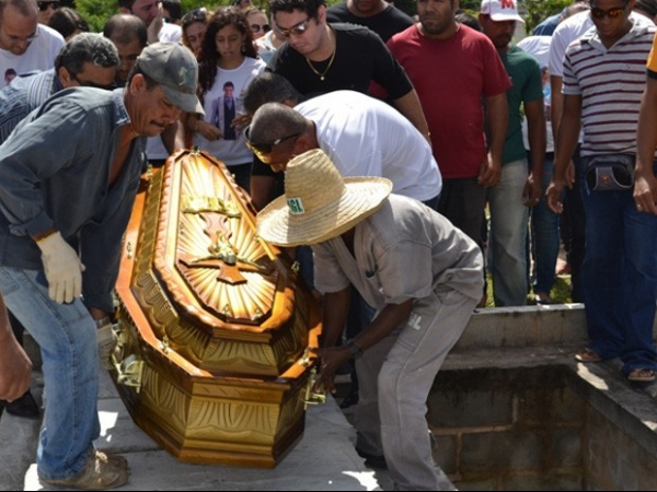 Vestidos de branco, amigos se despedem de Mister Bahia 2013 durante enterro na Bahia
