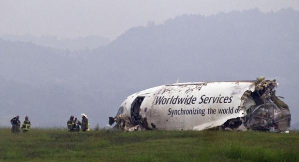 Acidente parte avião de carga ao meio e mata piloto e copiloto nos EUA