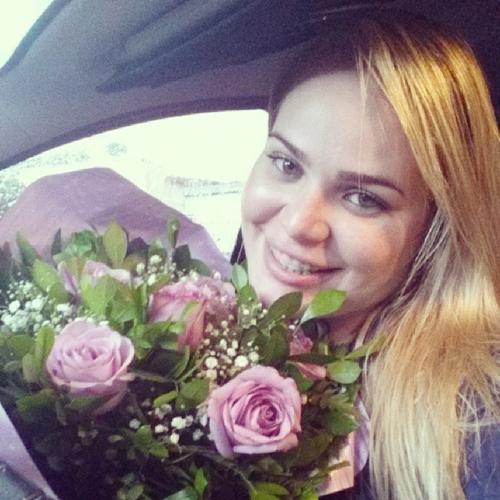 Ex-BBB Paulinha recebe flores, e se derrete, mas escorrega no português