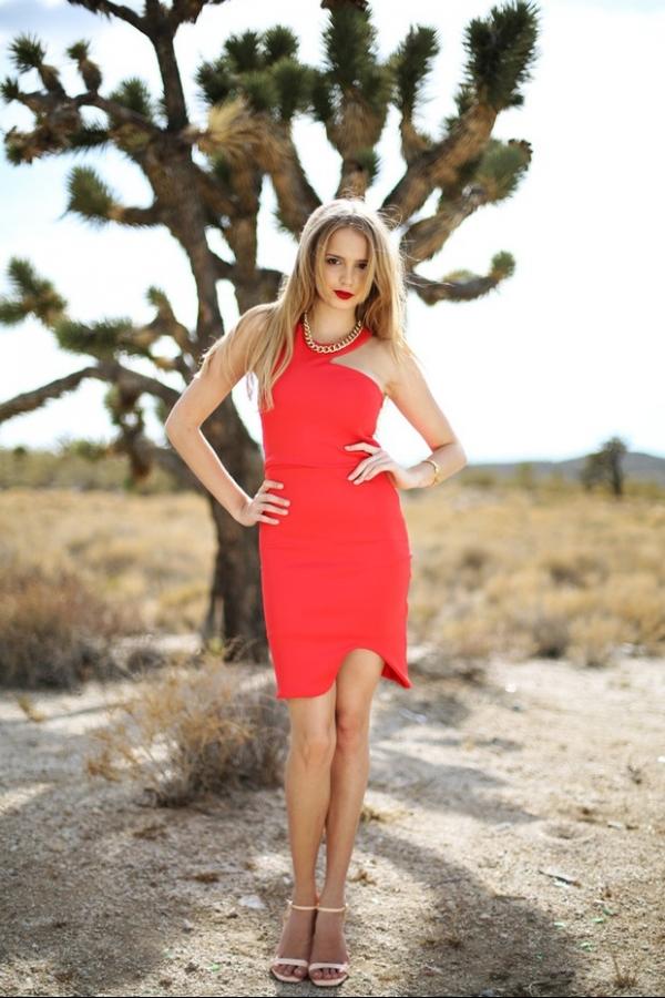 Filha de Fernando Scherer, o Xuxa, posa de vestido vermelho no deserto