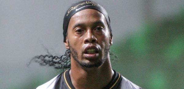 Ronaldinho minimiza procedimento estético nos dentes: