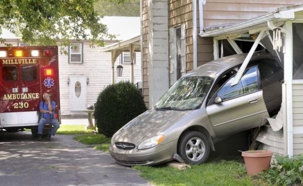 Motorista erra pedal, pisa no acelerador e destrói varanda de casa