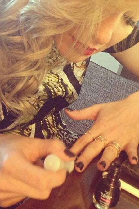 Sempre linda, Claudia Leitte posta foto em que aparece pintando as próprias unhas