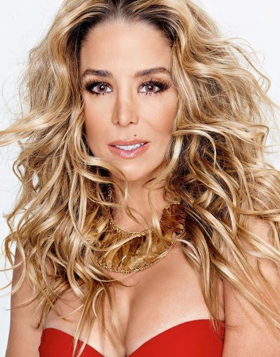 Aos 39 anos, Danielle Winits mostra curvas em revista