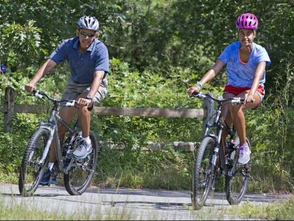 Barack Obama passeia de bicicleta durante férias em ilha nos EUA com a família