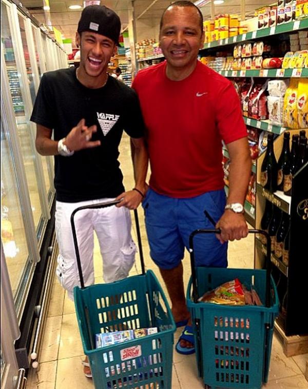 Em véspera de estreia no Barça, Neymar faz compras com o pai