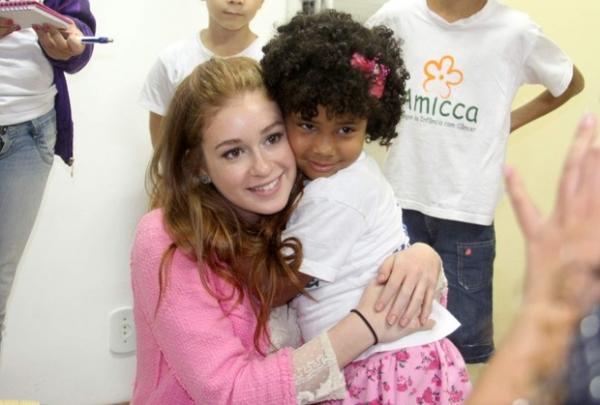 Marina Ruy Barbosa chora ao visitar crianças com câncer no Rio