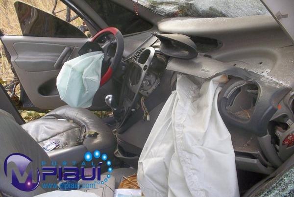 Motorista perde controle de veículo, colide com árvore e fica destruído na BR- 343