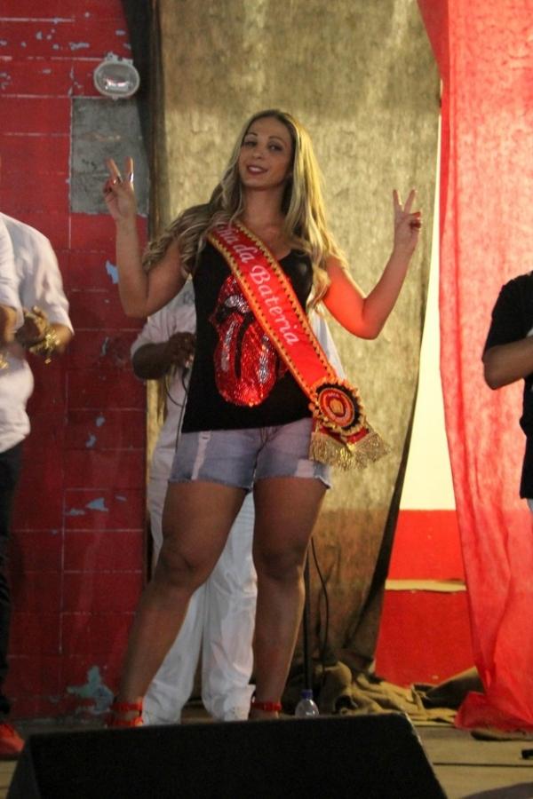 Valesca Popozuda usa shortinho e recebe coroa de rainha de bateria