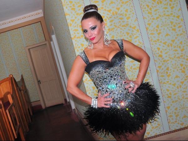 Viviane Araújo arranca suspiros com look