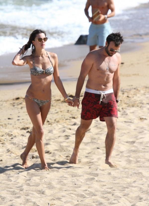 Alessandra Ambrósio curte praia com marido em Mykonos