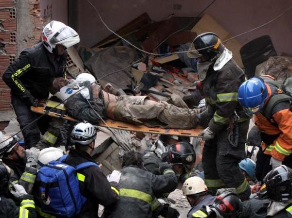 Explosão em residência deixa pessoas soterradas e criança ferida