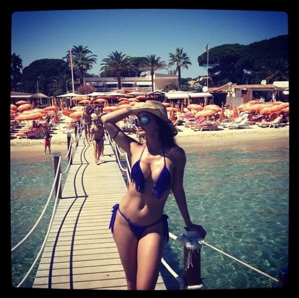 Carla Prata posa de biquíni em Saint-Tropez