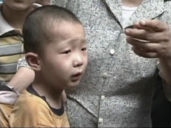 Menino de 5 anos fica preso em fenda entre paredes na China