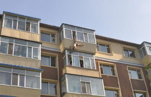 Mulher segura marido pelo short na janela e consegue evitar suicídio
