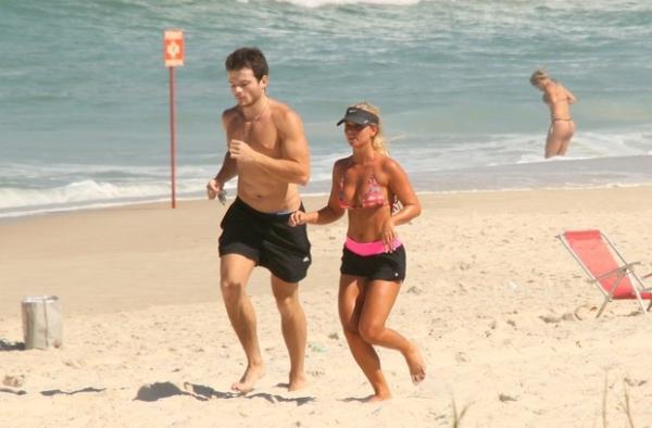 Neta de Gianfrancesco Guarnieri exibe corpão em dia praia carioca acompanhada de amigo