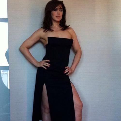 Atriz Claudia Raia posta foto usando vestido elegante com uma superfenda