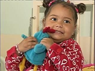Criança aguarda por cirurgia de intestino há mais de dois anos