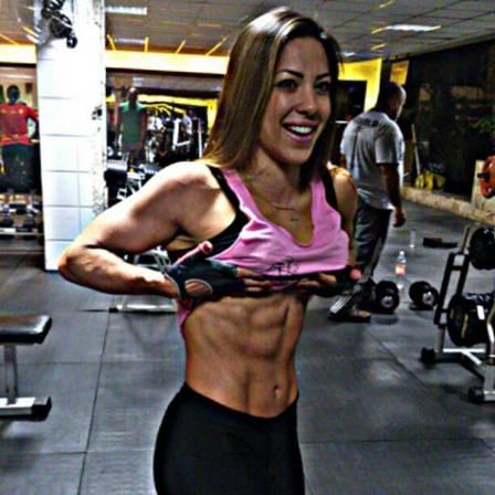 Ex-BBB Michelly mostra resultado de 60 dias longe do treino e dieta