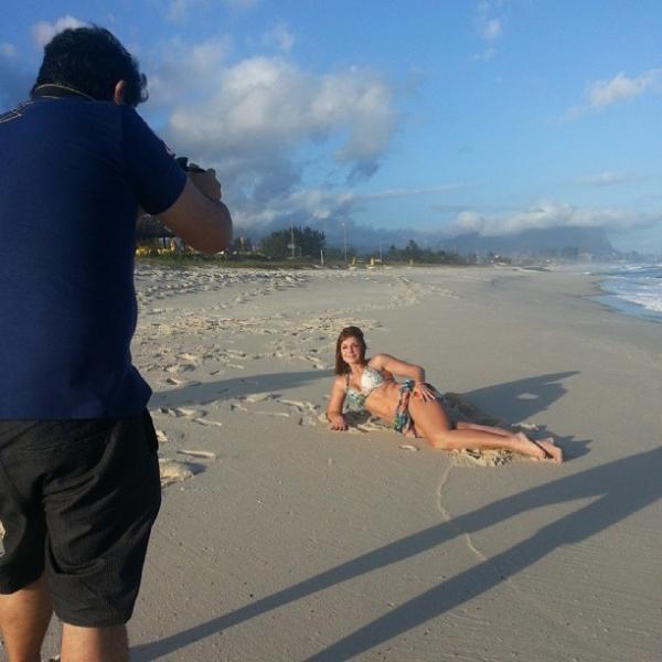Gaby Spanic posa de biquíni em praia no Rio e exibe corpão